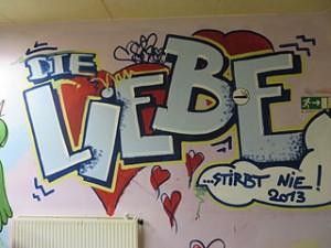 Graffiti im Soziokulturellen Zentrum Trotz Allem in Witten: Die Liebe stirbt nie 2013. Quelle: http://commons.wikimedia.org/wiki/File%3ATrotz_Allem_Graffiti_Liebe.jpg