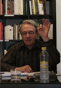Jacques Rancière, Quelle: https://commons.wikimedia.org/wiki/File%3AJacques_Ranciere.jpg, Autor: By Universidad Internacional de Andalucía (Jacques Rancière) [CC-BY-2.0 (https://creativecommons.org/licenses/by/2.0)], via Wikimedia Commons